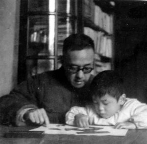 Fu Tianzheng teaching the fifteen-piece tangram to his grandson in 1966